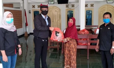 Ketua DPC PDI Perjuangan Banyuwangi, I Made Cahyana Negara saat menyerahkan bantuan di Dusun Parastembok, Desa Jambewangi, Kecamatan Sempu, Selasa (21/4/2020) siang. (ist)
