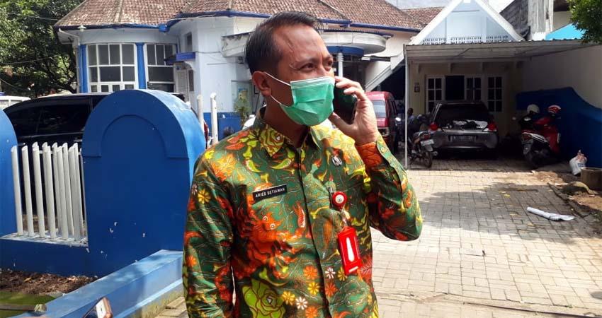 Kabag Protokol Pemkot Batu Aries Setiawan saat datangi Unit Laka Lantas. (gie)