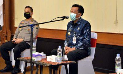 Bupati Gresik Dr. Sambari Halim Radianto saat Rapat bersama Forkopimda lengkap yang berlangsung di Ruang Mandala Bakti Praja, Selasa (21/4/2020)