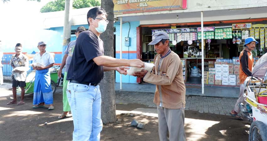 PT Salem Situbondo Bagikan Paket Beras dan Masker Pada Ratusan Tukang Becak
