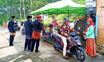 Peringati Hari Kartini, Petugas Posko Covid-19 Desa Pondok Agung Kenakan Baju Adat Untuk Refresh Semangat