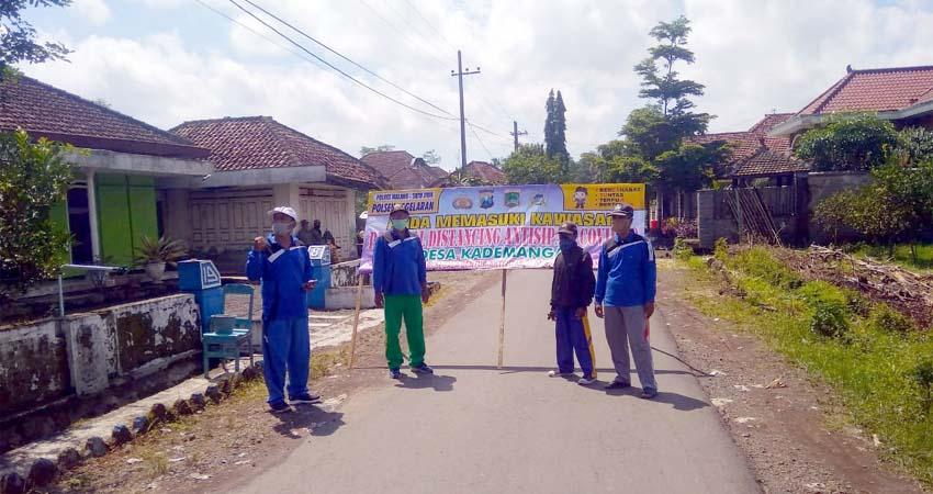 Lockdown : Para Perangkat Desa Kademangan Melakukan Lokdown Akses Jalan. (sur)