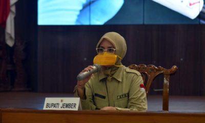 Bupati Jember dr Faida MMr saat Video Konference di pendopo wahyawibawagraha. (Ist)