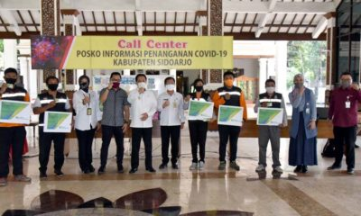 JAMINAN - Sebanyak 30 relawan Covid-19 mendapatkan jaminan berupa kartu BPJS Ketenagakerjaan yang diserahkan di Posko Satgas Penanganan Covid-19 Sidoarjo, Rabu (27/5/2020)