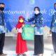 Direktur Utama PDAM Giri Tirta Gresik, Siti Aminatus Zariyah saat memyerahkan bingkisan lebaran dan uang saku kepada anak yatim