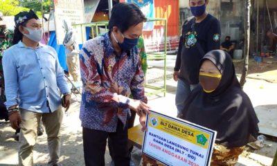 SALURKAN - Plt Bupati Sidoarjo, Nur Ahmad Syaifuddin menyerahkan Bantuan Langsung Tunai (BLT) senilai Rp 600.000 per bulan untuk 80 warga Desa Janti, Kecamatan Waru, Sidoarjo, Kamis (14/5/2020)