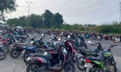 DIAMANKAN - Ratusan pembalap liar di Exit Tol Porong diamankan petugas gabungan Polresta Sidoarjo lantaran ngabuburit sambil balap liar, Sabtu (16/5/2020) petang