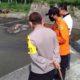 Petugas gabungan polisi, TNI, BPBD dan Basarnas mengevakuasi jasad korban