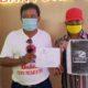 Ketua PAC PDI-P Kecamatan Glagah, Eko Soekartono (pakai topi merah) bersama Nanang Cemenk usai melaporkan Sumahmo di Mapolresta Banyuwangi, Kamis (28/5/2020) siang. (ist)