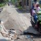 Kursi rusak ditaruh di tengah jalan oleh warga Desa Desa Singogalih. (par)
