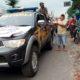 Petugas kepolisian bersama anggota Komunitas sepeda GGT bagikan takjil. (Yud)