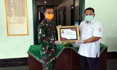 Dandim 0824 Jember saat menerima Reward dari Ketua PMI Jember H AE Zaenal Marzuki. (ist)