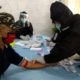 Edi Winarko waktu pengambilan sample darah oleh petugas medis. (yud)