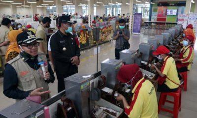 Tinjau Buruh di Pabrik Rokok, Sutiaji Bawa Alat Rapid Test