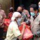 Wabup Sidorjo Nur Ahmad Saifudin didampingi pejabat Pemkab dan pengurus sejumlah organisasi serikat pekerja ketika menyerahkan sembako kepeda buruh pabrik di Balongbendo dan Wonoayu. (ari)