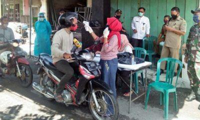 Pj Kepala Desa Semambung Jema'in (kiri) dan Sekretaris Desa Samsul Huda meninjau langsung kegiatan pos check point dilakukan tim relawan (gus)