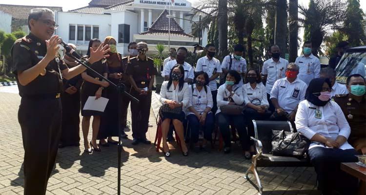 Pihak Kejaksaan Negeri Kota Malang, dan dinas Koperasi, Perindustrian dan Perdagangan Kota Malang saat pembukaan Koperasi Adhyaksa Kota Malang. (gie)