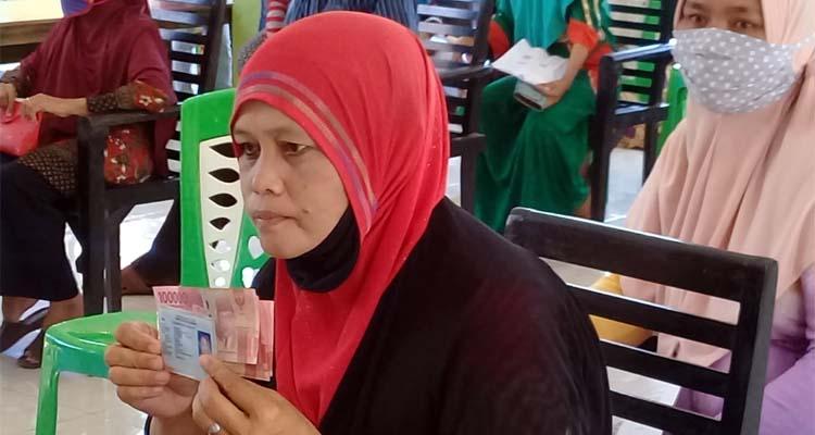Salah satu warga dari Dusun Ardiwilis, Desa Paowan saat menerima BST Tahap 2. (her)