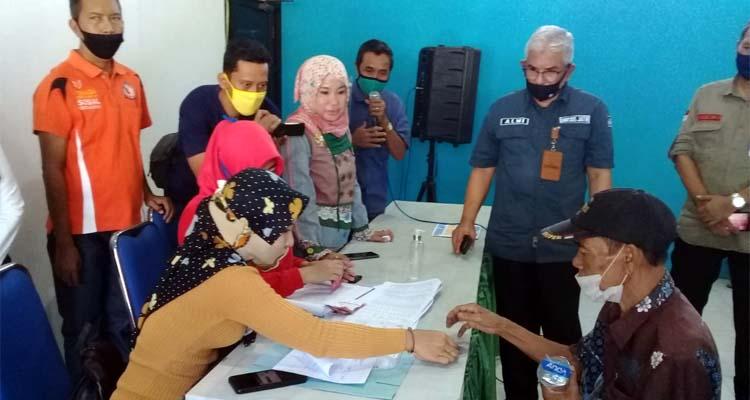 Rombongan Komisi E DPRD Provinsi Jatim berkunjung ke Kelurahan Dawuhan meninjau keberadaan E-Warung dan meninjau langsung pelaksanaan penyerahan bantuan JPS di balai Kelurahan Dawuhan, Kecamatan Situbondo Kota. (Heri)
