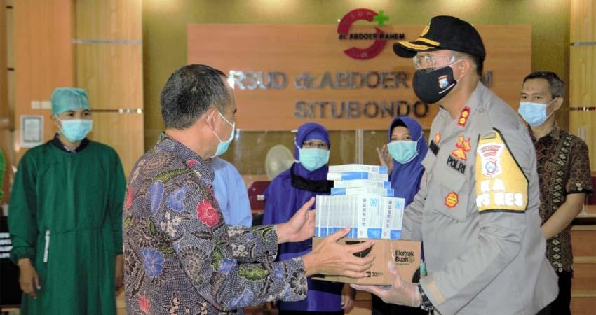 Kapolres Situbondo AKBP Sugandi SIK M Hum menyerahkan paket bantuan kepada Direktur RSUD dr Tony Wahyudi M Kes. (im)