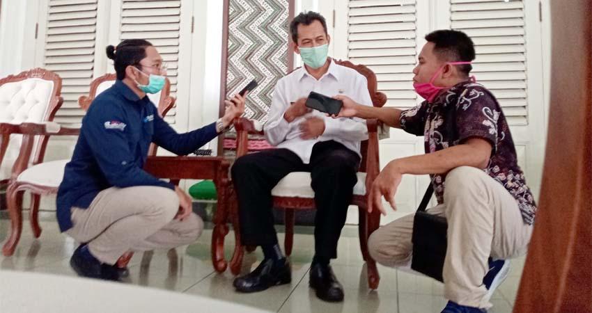 Sejumlah wartawan mewawancarai Plt Kepala Dinkes di Mandhapa Agung Ronggosukowati, waktu lalu