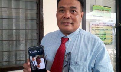 Sumardhan SH menunjukan foto pernikahan kliennya dengan Septian. (gie)