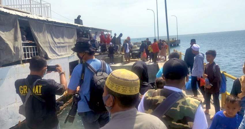 Para santri saat tiba di pelabuhan penyeberangan Jangkar Kabupaten Situbondo. (im)