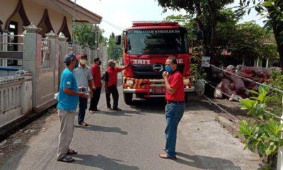 Pemdes Grabagan dan relawan memandu penyemprotan disinfektan melalui mobil Damkar. (par)