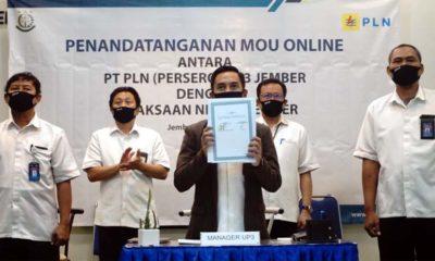 Kepala Kejaksaan Jember Dr Prima Idwan Mariza, SH MHum menunjukkan Mou. (tog)