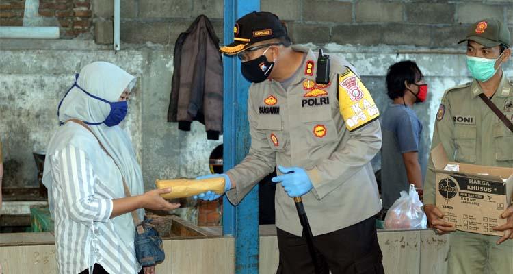 BAGIKAN MASKER: Bupati Situbondo H Dadang Wigiarto SH bersama Kapolres Situbondo AKBP Sugandi SIK M Hum. (her/im)