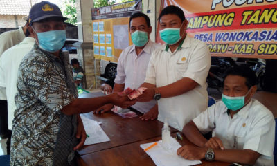 Pj. Kepala Desa Wonokasian , Karen Agung Wibowo, secara simbolis menyerahkan BLT DD. Kepada warga. (par)
