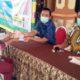 Pj. Kepala Desa Kraton, Achmad Fauzi. secara simbolis menyerahkan BLT DD kepada warga. (par)
