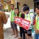 SANKSI SOSIAL - Sebanyak 26 pengendara yang terjaring operasi masker 15 diantaranya disanksi sosial bersih-bersih sisanya 11 orang disita KTP hingga 14 hari ke depan saat razia gabungan di depan kantor Kecamatan Krian, Senin (06/07/2020)