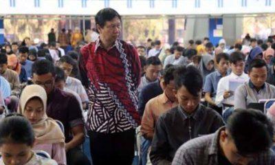 FOKUS: Direktur Polinema Awan Setiawan saat mengawasi tes mandiri tahun lalu. (dok. memontum.com)