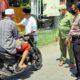 Pemerintah Desa Sentul bersama tim relawan Desa Sentul saat pengecekkan suhu badan, pada warga dan pengguna jalan . (gus)