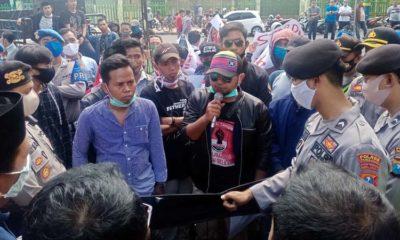 Sejumlah massa aksi menggelar demonstrasi didepan kantor DPRD Pamekasan, Senin (13/7/2020)