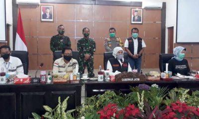 Gubernur Jatim Dra Hj Khofifah Indar Parawansa MSi dalam rapat percepatan penanganan Cobid 19 di Bakorwil Malang. (gie)