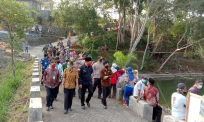 Kepala Desa Gedangan Hendik Krisdianto Saat Dampingi Bupati Malang Dalam Proses Penebaran Bibit Ikan. (ist)