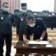 Ketua Dewan Bondowoso, Ahmad Dafir menandatangani persetujuan