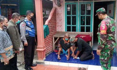 Unsur tiga pilar Desa Jerukgamping serahkan BLT DD di rumah Samut, warga berkebutuhan kusus. (par)