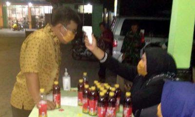 Pemerintah Desa Lajuk bersama tim relawan saat melakukan check point kepada warga (gus)