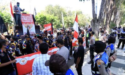 ORASI - Puluhan massa yang tergabung dalam Gerakan Masyarakat Bawah Indonesia (GMBI) menggelar di depan kantor DPRD Sidoarjo menuntut dewan Sidoarjo membawa aspirasi merrka soal penghapusan RUU Haluan Ideologi Pancasila (HIP) ke DPR RI, Selasa (7/7/2020)