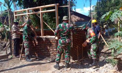 Babinsa Bukor Koramil 0822/05 Bersama Warga Bangun Rumah Tak Layak Huni