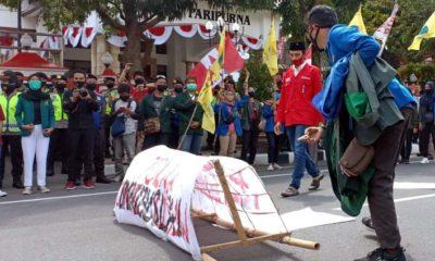 Aliansi Mahasiswa Peduli Rakyat (Ampera) Blitar menolak RUU Omnibus Law Cipta Kerja yang sedang dibahas di DPR RI