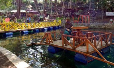 Salah satu pengunjung saat menggunakan salah satu fasilitas meja apung yang ada di wisata Sumber Jenon Desa Gunungronggo. (mg2)