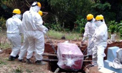 petugas medis memakamkan warga tewas terpapar corona