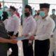 SERAHKAN SK : Plt. Camat Wonoayu Gundari menyerahkan SK kepada anggota BPD Desa Plaosan. (par)