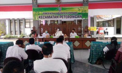 SOSIALISASI: Bupati Jombang Hj.Mundjidah Wahab (tengah) saat mensosialisasikan Surat Edaran tentang ijin hajatan di pendopo Kecamatan Peterongan