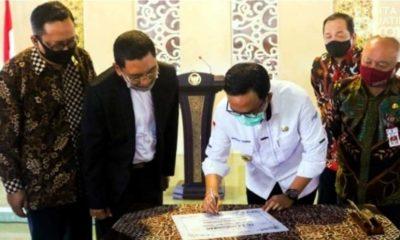 TANDATANGAN: Bupati Pamekasan Saat menandatangani prasasti peresmian dua KSP Syariah, di Mandhapa Aghung Ronggosukowatuli, Rabu (05/08/20) (Memo X/Humas)