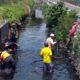Petugas dari Dinas PU secara rutin membersihkan sungai dari sampah